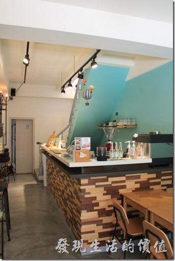 台南【A Week Pancake Coffee】一樓的廚房及吧台。