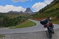 Die Westrampe des Passo di Giau (2233m) mit den Cinque Torri.