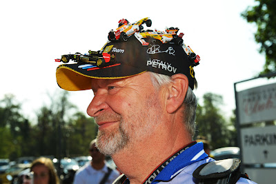 болельщик в оригинальной кепке с болидами на Гран-при Италии 2012