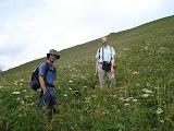 Père et fils à l'assaut du mont Avalont... et le sentier, vous le voyez entre les herbes et les fleurs ? (SF)
