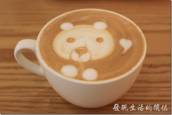 台南-A Week-Pacake-Coffee早午餐。我們點了一杯原味熱拿鐵,NT120。上面有可愛的小熊拉花,看起來應該是使用拉花工具做出來的,喝起來的口感還可以,有咖啡味但不酸不苦,只是牛奶香淡了一點,以工作熊的角度來算中等,比便利商店的好喝一點點。