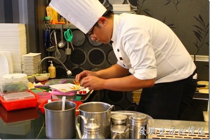 台南-椰如鐵板燒創意料理。鐵板燒師傅正在精心製作水果雕花及擺盤。