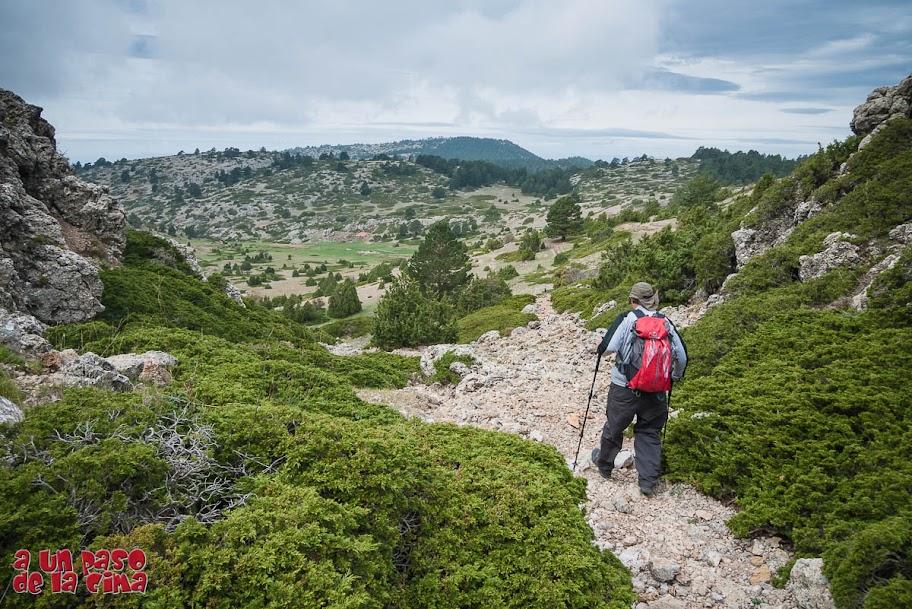 Bajando por el Barranco de La Saladilla. Al fondo podemos ver el Cerro Calderón o Alto de Las Barracas.