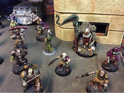 Typhus es el señor de la guerra y se protege dentro de una escuadra con muchos efectivos
