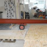 De stalen draagbalk klaar om opgetakeld te worden weegt 485 kg