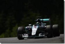 Nico Rosberg con la Mercedes nei test in Austria
