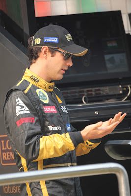 Бруно Сенна смотрит на свои руки на Гран-при Индии 2011