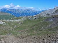 """Die alten Militärunterkünfte """"Casene de Restefond"""" auf dem Anstieg zum Col de la Bonette (2715 m)."""