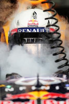 Себастьян Феттель в кокпите Red Bull в клубах пара на Гран-при Бахрейна 2013