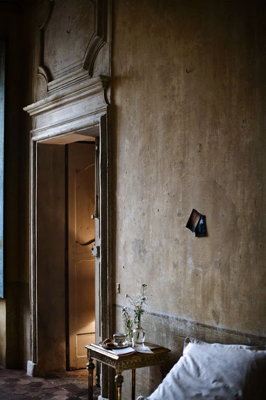 Magnificent mottled weathered wall in a European home. Weathered Walls & Déshabillé Lovely. #walls #distressed #weathered #mottled #oldworld #chateau