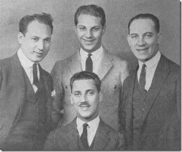Los hermanos Marx, Harpo, Zeppo, Chico y Groucho (sentado) en 1924