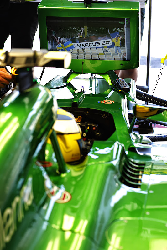 Маркус Эрикссон смотрит по телевизору своих болельщиков на Гран-при Германии 2014