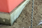 Un arī te kā redzams lietavas tikušas līdz sienai. Ēnā esošā smilts pavisam sasalusi.