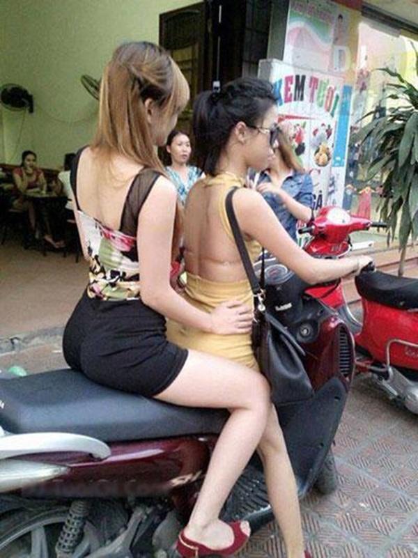 Các cô gái ăn mặc hở hang