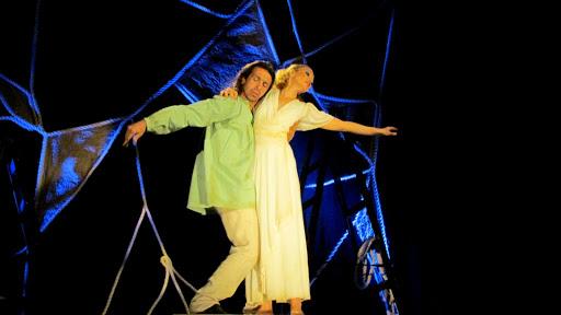 Спектакль заставляет сопереживать и грустить, удивляться искренности взгляда и каждой интонации, восхищаться пластичностью танца - символа любви.