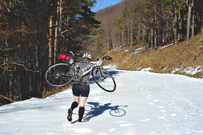 Cary bike cu cursiera in spate, un nou sport de care ai parte atunci cand dai de drumuri bulgaresti nedeszapezite.