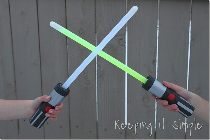 DIY-Glowing-Star-Wars-Light-Sabers (9)