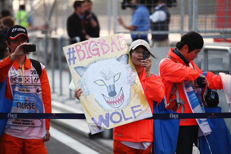 маршалы с плакатом BigBadWolf на Гран-при Кореи 2011