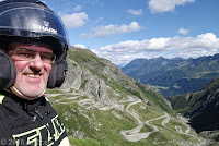 """Auf dem San Gotthard. Blick hinein in das Val di Tremola, dem """"Tal des Zitterns"""" auf die alte gewundene und kopfsteingepflasterte Gotthardstraße."""