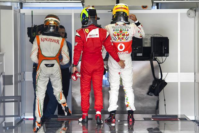 Фелипе Масса хлопает Льюиса Хэмилтона по попе после квалификации на Гран-при Венгрии 2011