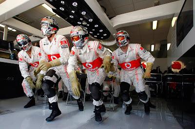 механики McLaren выбегают из боксов на Гран-при Европы 2011