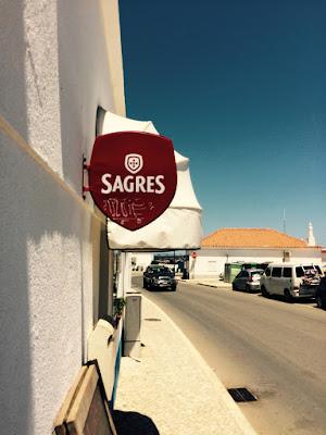 Et skilt utenfor et serveringssted med logoen til ølmerket Sagres