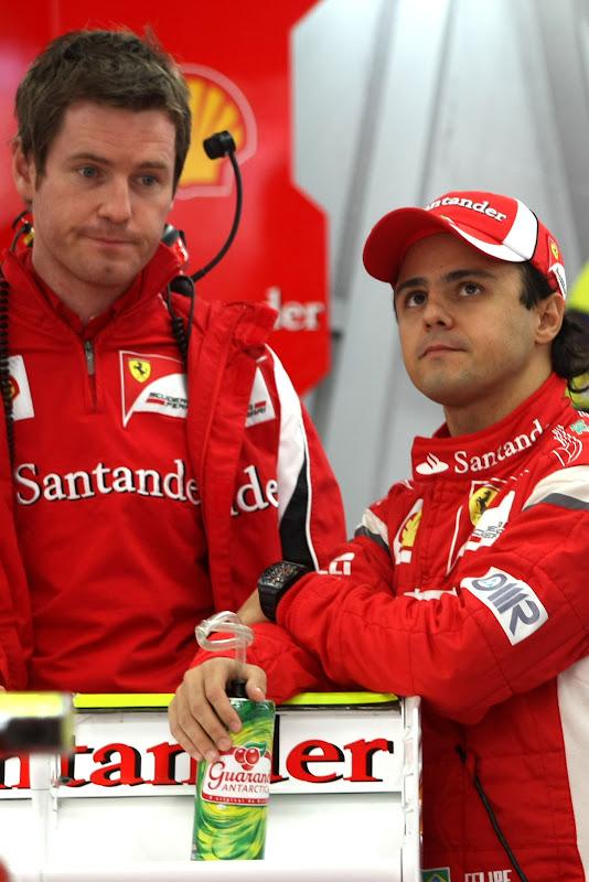 погруженный Роб Смедли и Фелипе Масса в боксах Ferrari на Гран-при Японии 2011