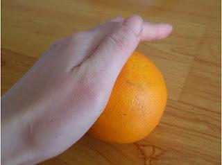 lột cam bằng thia , cách,lột vỏ,cam,bằng thìa