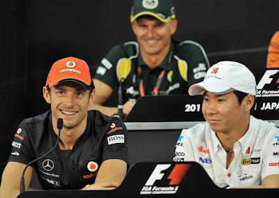 Дженсон Баттон, Камуи Кобаяши и Хейкки Ковалайнен улыбаются на пресс-конференции Гран-при Японии 2011