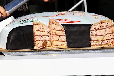 торт для Михаэля Шумахера в форме шлема на Гран-при Бельгии 2012