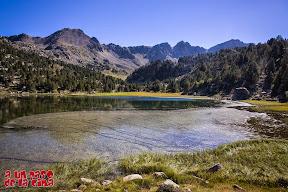 Estany Primer de Pessons, de fondo, los picos Montmalús y Pessons. ©aunpasodelacima