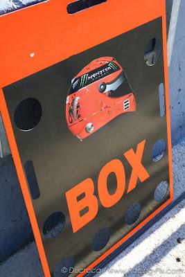 табличка для Михаэля Шумахера со знаком заезда в боксы на предсезонных тестах 2012 в Хересе
