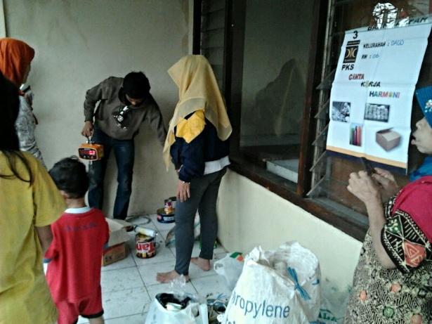 Aktivitas penimbangan Bank Sampah RW 06 Unit 1 Dago