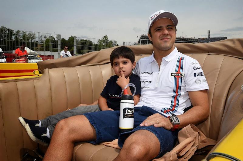Фелипе Масса с сыном Фелипиньо на параде пилотов Гран-при Испании 2014