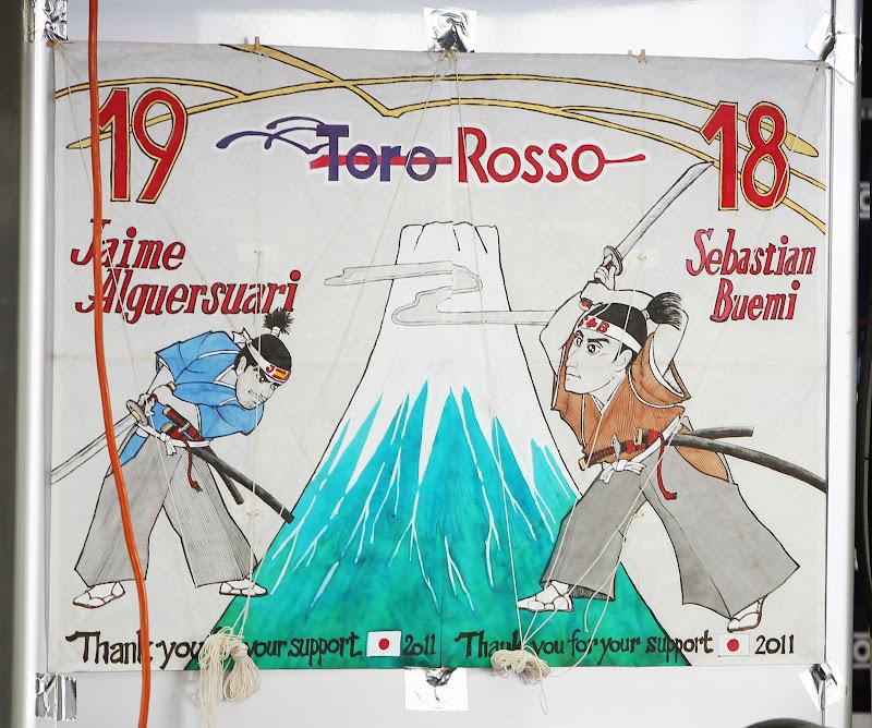 рисунок болельщиков для Toro Rosso с изображением пилотов-самураев на Гран-при Японии 2011