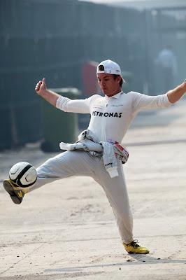 Нико Росберг играет с мячом на Гран-при Индии 2012