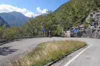 Vom Ort Preone durch das Val di Preone. Das schmale und steile Sträßchen endet hier recht unscheinbar an der untersten Kehre der SP1, die zur Sella Chianzutan ansteigt und nach Tolmezzo führt.