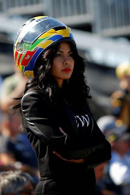 болельщица Льюиса Хэмилтона со шлемом на Гран-при США 2014