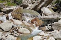 Kurz nach dem Ort Göschenen. Über die Reuss und hoch zum Göscheneralpsee. Die Göschener Reuss entlang. Bildausschnitt des vorhergehenden Fotos.