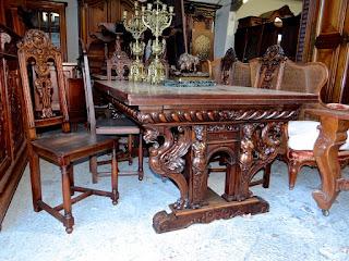 Красивый раскладной резной стол 19-й век.
