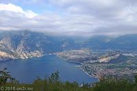 Sackstrasse von Nago-Torbole hoch zum Monte Varagna (1778m). Die schmale Fahrbahn endet an einem kleinen, unbefestigten Parkplatz. Von dort führt eine per Schild mit Fahrverbot belegte und unbefestigte Forststraße weiter, die später in einen Wanderweg übergeht und auf der Brentonico-Hochebene beim Albergo Rifugio Graziani am Fusse des Monte Altissimo-Massivs endet. Das Albergo ist auf dem drittletzten Foto dieses Tages zu sehen.