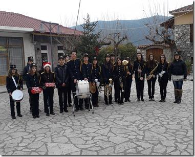 Xριστούγεννα  2013 , η  μπάντα  του Π.Ο.Λ όπως κάθε  χρόνο ,είπε  τα  κάλαντα σε  όλο  το  χωριό . Εδώ  σε  αναμνηστική  φωτογραφία  στο  Αλωνάκι