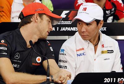 Дженсон Баттон наклоняется к Камуи Кобаяши на пресс-конференции Гран-при Японии 2011