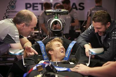 Нико Росберг смеется в болиде Mercedes на Гран-при Японии 2014