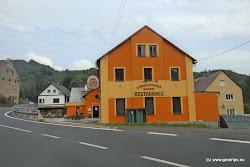 V obci můžete navštívit penzion s restaurací a stylovou pivnicí.