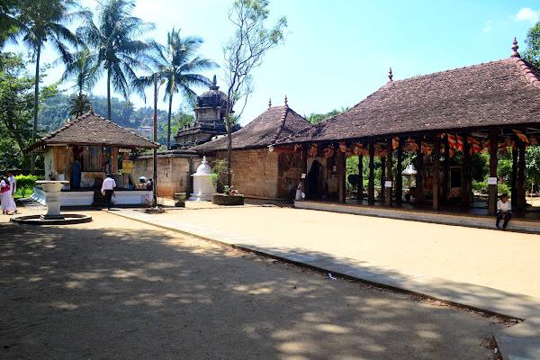 Двор буддийского храма, Шри Ланка