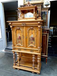 Антикварный шкаф с двумя расписными дверками. 19-й век. 86/41/190 см. 6800 евро.