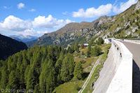 Auf dem Scheitel des Passo di Fedaia (2057m). Auf der befahrbaren Staumauer.