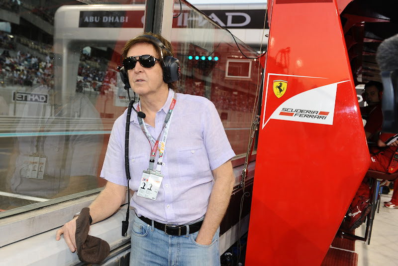 Пол Маккартни у командного мостика Ferrari на Гран-при Абу-Даби 2011