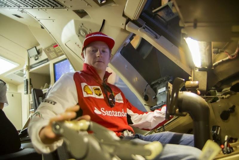 Кими Райкконен на симуляторе Boeing 757 в Луисвилле 29 октября 2014
